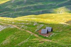 Черногория, национальный парк Durmitor, горы домов и панорама облаков Lanscape солнечного света Предпосылка перемещения природы Стоковое Изображение