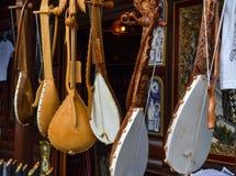 Черногория 18-ое сентября 2017 Магазин с фольклорными музыкальными инструментами - gusle Stringed зашнуровал аппаратуру с изображ Стоковые Фото