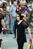 Черногория, Herceg Novi - 04/06/2016: Девушка, одетая в причудливом шуте костюма Стоковое Изображение