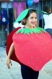 Черногория, Herceg Novi - 04/06/2016: Девушка показывая клубнику на masquerade Стоковые Фотографии RF