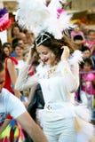 Черногория, Herceg Novi - 04/06/2016: Усмехаясь танцор в белом причудливом платье Стоковые Фотографии RF