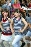 Черногория, Herceg Novi - 04/06/2016: Школьники в матросах костюма Стоковые Изображения