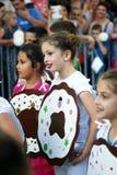 Черногория, Herceg Novi - 04/06/2016: Cirls в donuts причудливого платья Стоковые Изображения