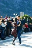 Черногория, Kotor - 03/13/2016: Пара выполняет танго Аргентины Стоковое Фото
