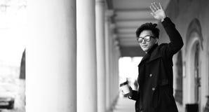 Черное белое фото азиатского молодого человека outdoors представляя стоковые фото