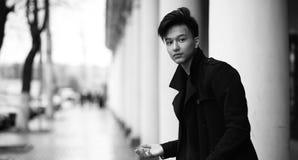 Черное белое фото азиатского молодого человека outdoors представляя стоковая фотография rf