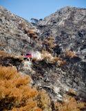 черное голубое, котор сгорели небо земли пожара двигателя Стоковое фото RF