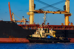 Черное зачаливание грузового корабля на порте Стоковые Фото