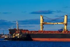 Черное зачаливание грузового корабля на порте Стоковое фото RF