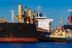 Черное зачаливание грузового корабля Стоковое фото RF