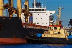Черное зачаливание грузового корабля Стоковые Фото