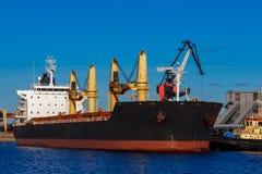 Черное зачаливание грузового корабля Стоковые Изображения RF