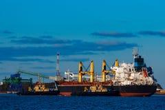 Черное зачаливание грузового корабля Стоковое Фото