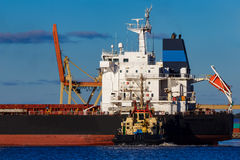 Черное зачаливание грузового корабля Стоковая Фотография