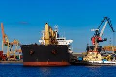 Черное зачаливание грузового корабля Стоковое Изображение RF