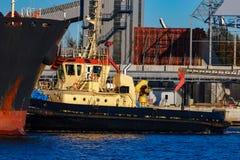 Черное зачаливание грузового корабля Стоковая Фотография RF