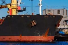 Черное зачаливание грузового корабля Стоковые Фотографии RF