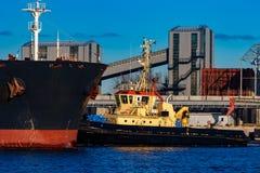 Черное зачаливание грузового корабля Стоковое Изображение