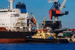 Черное зачаливание грузового корабля Стоковые Изображения