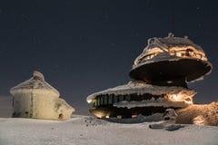 Черное здание в горах покрытых со снегом и льдом, во время очень холодного дня в зиме стоковое фото rf