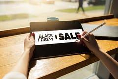 Черное знамя продаж пятницы на экране прибора Электронная коммерция, дело интернета и цифровой маркетинг стоковая фотография rf