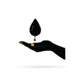 Черное золото масла в руке Стоковые Изображения