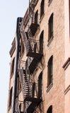 Черное избежание пожара на старом здании красного кирпича стоковые изображения rf