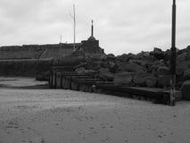 Черное изображение whiye побережья в вэльсе Стоковое фото RF