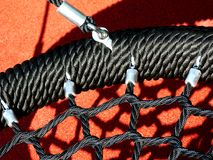Черное качание веревочки винила в спортивной площадке с резиновой циновкой Стоковые Фото