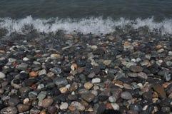 черное море Волны моя вниз скалистый пляж Стоковые Изображения