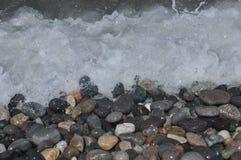 черное море Волны моя вниз скалистый пляж Стоковые Изображения RF