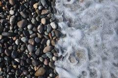 черное море Волны моя вниз скалистый пляж Стоковые Фотографии RF