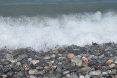 черное море Волны моя вниз скалистый пляж Стоковые Фото