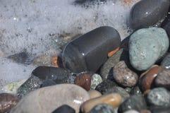 черное море Волны моя вниз скалистый пляж Стоковое Изображение