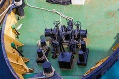 Черное оборудование на смычке буксира Стоковые Фотографии RF