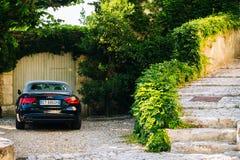 Черное обратимое audi a5 автомобиля припарковало на красивом стоковые изображения