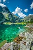 Черное озеро под пиком Rysy, горами Tatra Стоковые Изображения RF