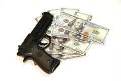 Черное оружие и 100 долларов Стоковые Фото