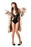 черное пальто брюнет представляя swimsuit стоковое фото