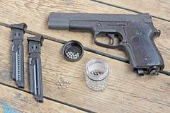 Черное пневматическое оружие на поле Стоковое Изображение RF