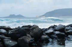 Черное побережье камня утеса перед грубым ветреным морем Стоковое Изображение RF