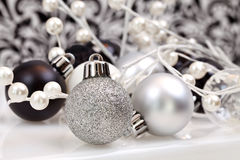 черное рождество орнаментирует ультрамодную белизну Стоковое фото RF