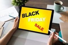 черное сбывание пятницы Электронная коммерция и онлайн концепция покупок на экране таблетки стоковая фотография rf