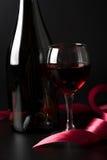 черное стекло над красным вином тесемки Стоковое Изображение