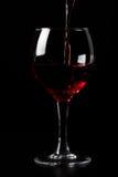 черное стекло над лить красное вино Стоковая Фотография RF
