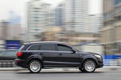 Черное Audi Q7 на скоростной дороге te, Даляни, Китае Стоковые Изображения