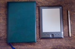 Черное ereader с ручкой тетради и чернил Стоковые Фотографии RF