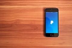 Черное Iphone 5s показывая iOS 8 Стоковое Изображение