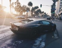 Черное Lamborghini на заходе солнца в Санта-Моника Калифорния стоковое изображение rf