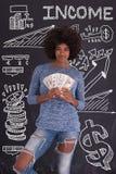 Чернокожая женщина держа деньги на серой предпосылке Стоковая Фотография RF